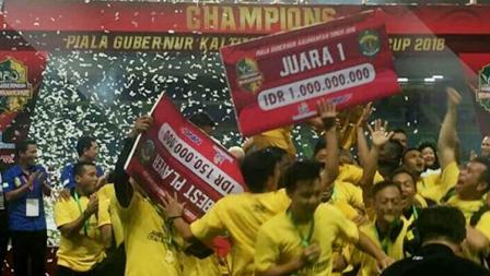 Keseruan tim Sriwijaya FC usai pemberian hadiah.
