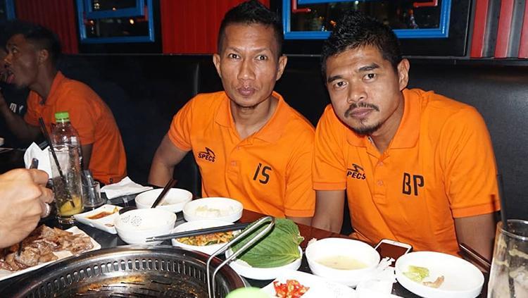 Bambang Pamungkas dan Ismed Sofyan menikmati makan malam di Vietnam jelang lawan Song Lam Nghe An. Copyright: Instagram Persija Jakarta