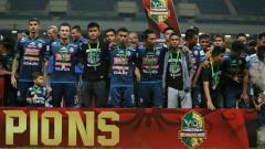 Indosport - Skuat Arema FC saat penyerahan gelar runner-up Piala Gubernur Kaltim