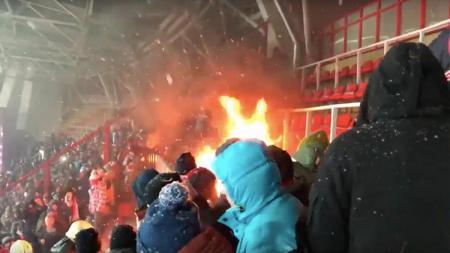 Kursi penonton terbakar di laga Lokomotiv Moscow vs Spartak Moscow. - INDOSPORT