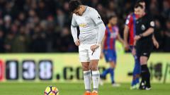 Indosport - Alexis Sanchez tertunduk lesu.