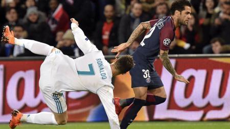Bentrokan yang terjadi antara Cristiano Ronaldo dan Dani Alves. - INDOSPORT