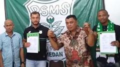 Indosport - Andry Mahyar (kiri) saat PSMS perkenalkan dua pemain asing Reinaldo Lobo dan Sadney Urikbob.
