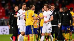 Indosport - Chiellini berjabat tangan dengan Harry Kane usai laga.