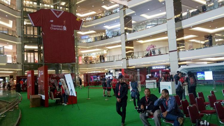 Jersey Liverpool terpampang di Mal Taman Anggek, Jakarta. Copyright: Annisa Hardjanti/INDOSPORT