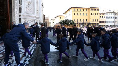 Momen ketika jenazah Davide Astori dibawa ke dalam gereja. - INDOSPORT