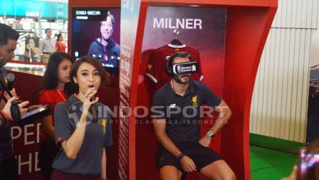 Patrik Berger mencoba games di LFC World Jakarta.