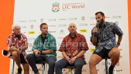 Legenda Liverpool FC, Gary McAllister, Roy Evans, Patrik Berger, dan Jason McAteer memakai baju batik di acara LFC World Jakarta.