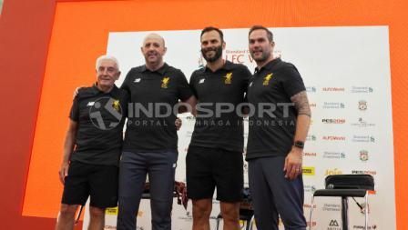 Legenda Liverpool FC, Gary McAllister, Roy Evans, Patrik Berger, dan Jason McAteer foto bersama setelah press conference LFC World.