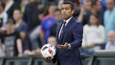 Giovanni van Bronckhorst, pelatih keturunan Indonesia yang masuk dalam daftar calon pelatih Manchester City. - INDOSPORT