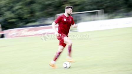 Marko Simic menggiring bola saat latihan. Herry Ibrahim