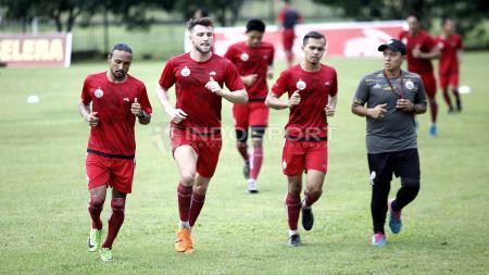 Beberapa pemain inti Persija Jakarta berlatih terpisah bersama pelatih fisik, Yogi Nugraha. Herry Ibrahim - INDOSPORT