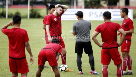 Para pemain Persija berdiskusi dengan pelatih fisik, Yogi Nugraha. Herry Ibrahim