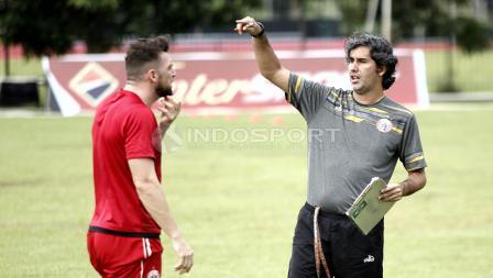 Pelatih Persija Jakarta, Stefano Cugurra Teco (kanan) berbicara dengan Marko Simic di sela-sela latihan. Herry Ibrahim