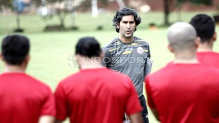Pelatih Persija Jakarta, Stefano Cugurra Teco memberikan arahan kepada anak asuhnya sebelum melakukan latihan. - INDOSPORT