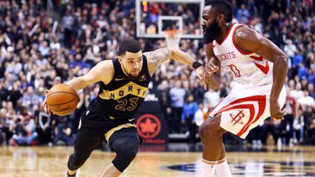 Bintang Toronto Raptors, Fred VanVleet (kiri), tidak merasa khawatir setelah timnya menelan tiga kekalahan beruntun di kompetisi NBA musim ini. - INDOSPORT