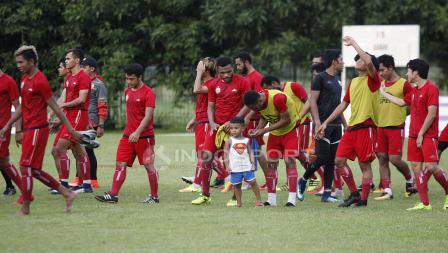 Latihan skuat Persija Jakarta, Sabtu (10/03/18) kemarin sore ternyata juga dihadiri oleh anak salah satu pemain.
