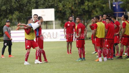 Skuat Persija Jakarta tengah bercanda dengan anak salah satu pemain.