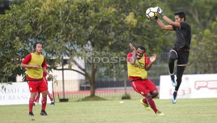 Kiper Persija Jakarta, Muhammad Rizky menangkap bola dalam sesi latihan kemarin sore.