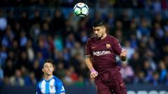 Indosport - Luis Suarez menyundul bola.