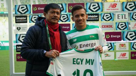 Egy Maulana Vikri bersama Indra Sjafri di Stadion Energa Gdańsk. - INDOSPORT