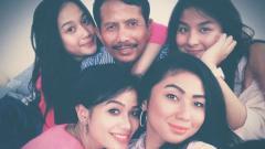 Indosport - Djajang Nurdjaman di antara putri dan cucunya