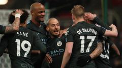 Indosport - David Silva bersama pemain Man City lainnya berselebrasi usai membobol gawang Stoke City.