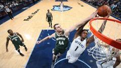 Indosport - Pemain Memphis Grizzlies, Jarell Martin (no 1) memasukan bola ke net lawan.