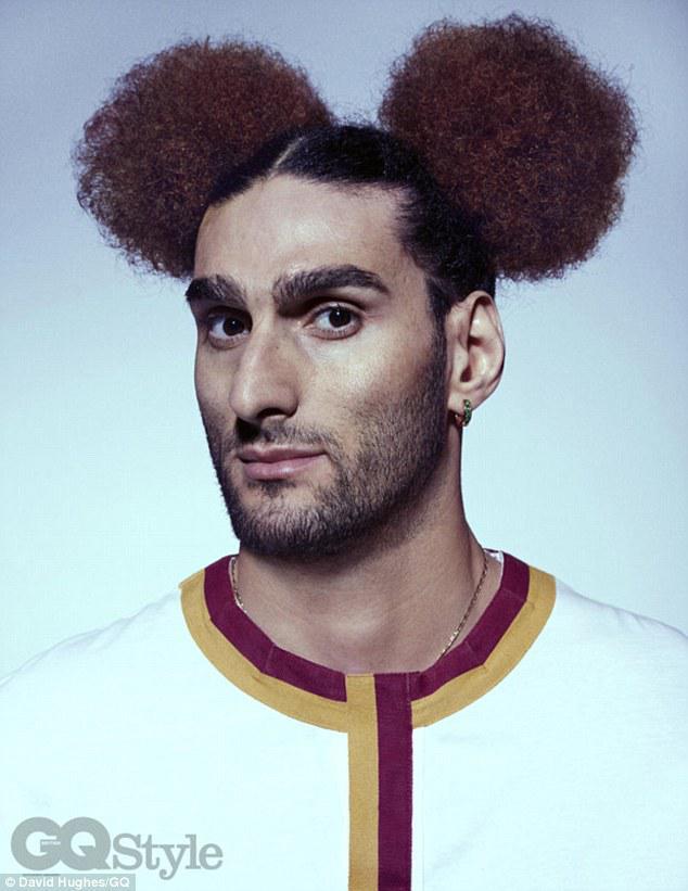 Marouane Fellaini tampil beda dengan gaya rambut unik Copyright: David Hughes/GQ