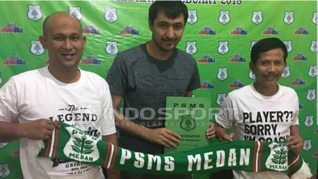 Dilshod Shafetdinov saat tekan kontrak di PSMS Medan. - INDOSPORT
