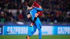 Indosport - 2 pemain AS Roma melakukan selebrasi atas keberhasilan mereka ke perempatfinal Liga Champions 2017/18.
