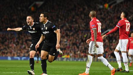 Pemandangan kontras: pemain Sevilla berselebrasi, pemain Man United tertunduk lesu. - INDOSPORT