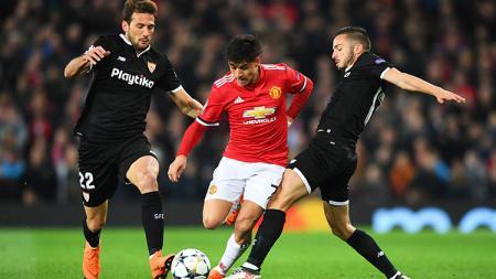 Alexis Sanchez dijaga ketat dua pemain Sevilla. - INDOSPORT