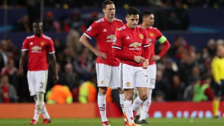 Para pemain Manchester United tertunduk lesu setelah dikalahkan Sevilla di babak 16 besar Liga Champions. - INDOSPORT