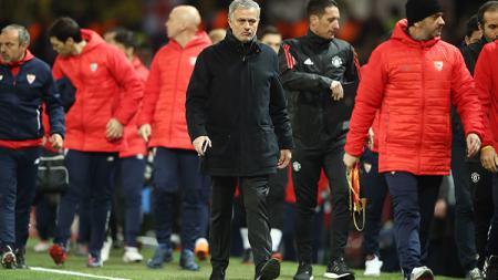 Pelatih Man United, Jose Mourinho meninggalkan lapangan setelah pertandingan usai - INDOSPORT