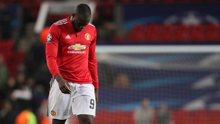 Romelu Lukaku tertunduk lesu karena timnya, Man United kalah oleh Sevilla dengan skor 2-1. - INDOSPORT