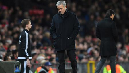 Jose Mourinho tertunduk karena taktiknya tak bisa menyingkirkan Sevilla. - INDOSPORT