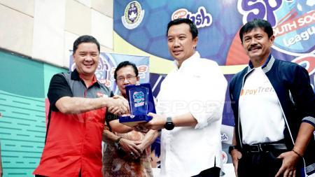 Penyelanggara Splash Youth Soccer League 2018 berjabat tangan dengan Imam Nahrawi. - INDOSPORT