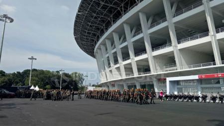 Petugas gabungan Polri dan TNI siap amankan laga di GBK. - INDOSPORT