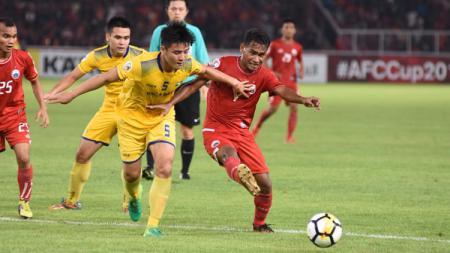 Ramdani Lestaluhu (kanan) berebut bola dengan pemain Sông Lam Nghệ An. - INDOSPORT
