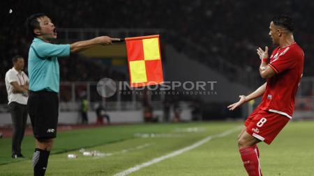 Protes Addison Alves kepada hakim garis atas gol nya yang dianulir wasit. - INDOSPORT