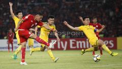 Indosport - Addison Alves melesatkan tendangan ke arah gawang Song Lam.