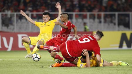 Kemelut di depan gawang Song Lam yang dimanfaatkan Riko Simanjuntak menjadi gol. Sayang gol tersebut dianulir wasit karena dianggap terjadi pelanggaran. - INDOSPORT