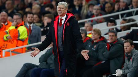 Arsene Wenger saat memberikan instruksi diluar lapangan. - INDOSPORT