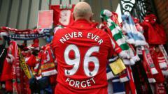 Indosport - Suporter Liverpool di depan tempat peringatan para korban Hillsborough