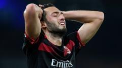 Indosport - Hakan Calhanoglu dalam laga Arsenal vs AC Milan.