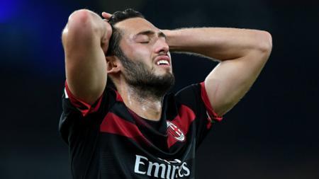 Hakan Calhanoglu dalam laga Arsenal vs AC Milan. - INDOSPORT