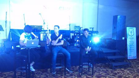 Djajang Nurdjaman bersama Dennis Wise (tengah) di acara launching tim PSMS Medan. - INDOSPORT