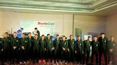 Indosport - Para pemain PSMS Medan dengan balutan jas hitam.