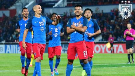 Safawi Rasid (kanan) melakukan selebrasi mirip Kylian Mbappe, pasca mencetak gol ke gawang Tampine Rovers. - INDOSPORT